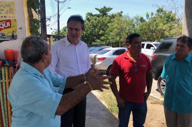 Governador Camilo Santana percorreu ruas e conversou com policiais e com a população nesta quarta-feira, 25