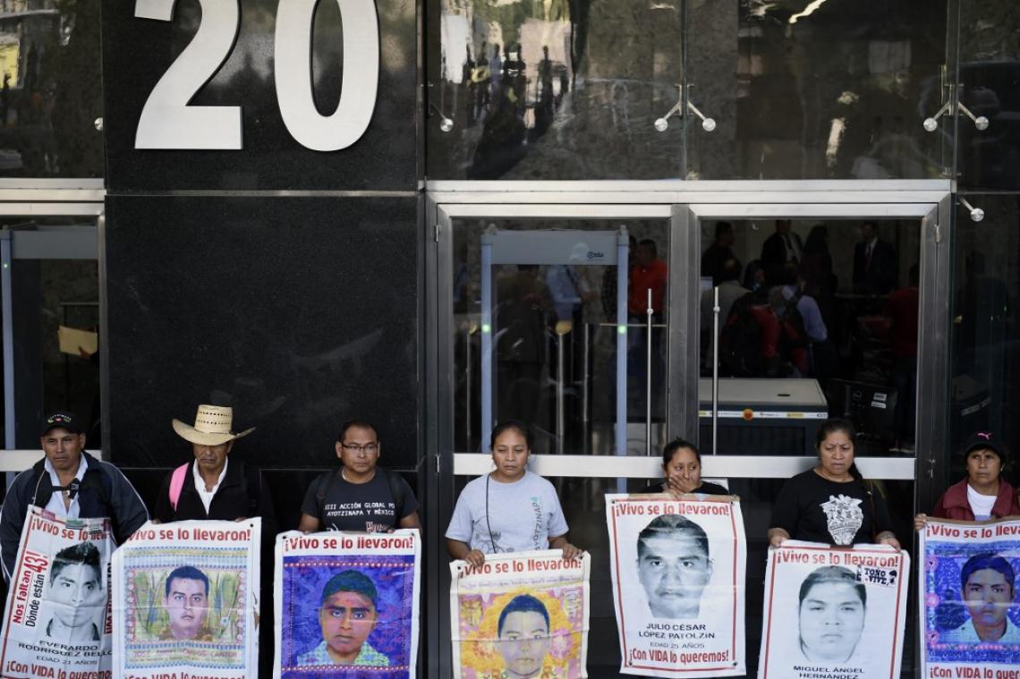 Estudantes e familiares dos 43 estudantes desaparecidos protestaram para exigir do novo promotor independente uma explicação convincente sobre o paradeiro dos jovens e punição aos responsáveis
