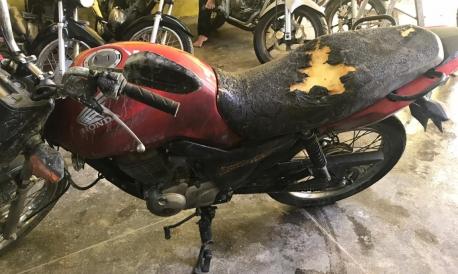 Não houve feridos e a estrutura do estabelecimento está preservada. Apenas estofado de quatro motocicletas foi danificado.