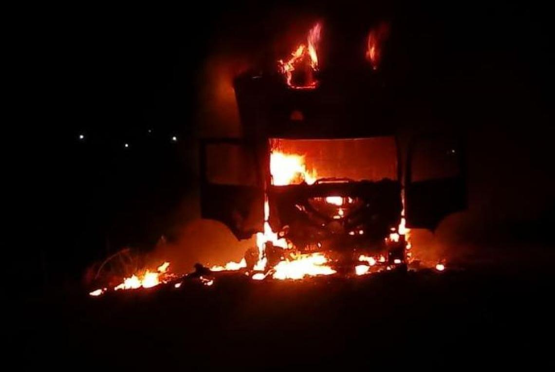Caminhão foi incendiado na madrugada desta sexta-feira, 27