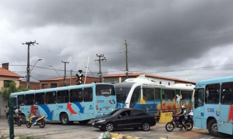 Acidente ocorreu na passagem de nível da rua 13 de abril, no entorno da Estação Borges de Melo, no bairro Vila União