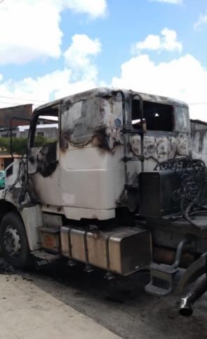 Caminhão foi incendiado em mais uma ação parte da onda de ataques na Capital