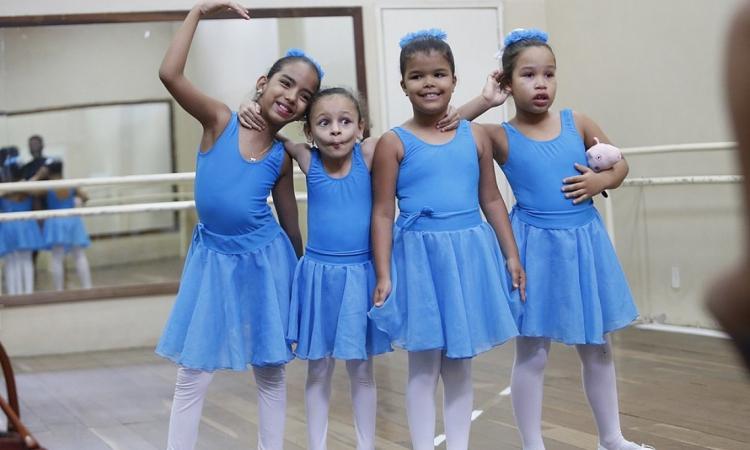 Annanda, Eliza, Julia e Isabele depois da aula de balé