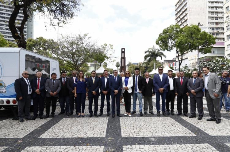 Vereadores de Fortaleza se encontraram antes da sessão de ontem, na Praça do Ferreira
