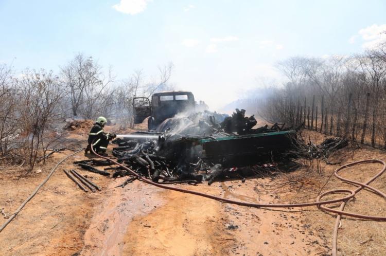 O fogo destruiu o caminhão e os corpos ficaram carbonizados