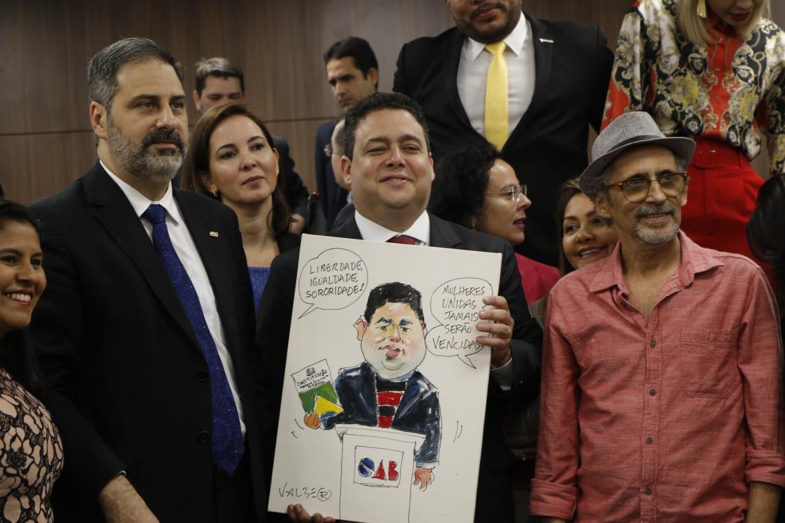 Erinaldo Dantas, Felipe Santa Cruz e o cartunista Valber em solenidade no auditório da OAB-Ceará.