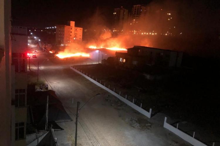 O incêndio se alastrou na área