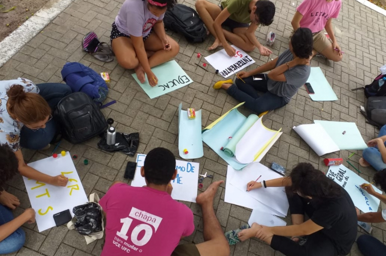Alunos pintam cartazes que serão utilizados nesta quinta-feira, 3, durante o ato
