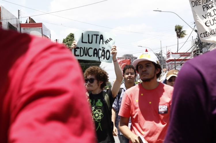 Alunos e professores saem em manifestação pela a Avenida da Universidade em outubro de 2019