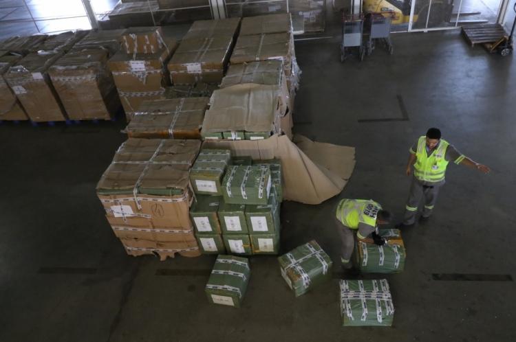 A carga de calçados esportivos e acessórios para celulares foi apreendida em maio e continua retida no terminal de cargas da Receita Federal, no Aeroporto Pinto Martins. O importador trouxe as nove toneladas de Hong Kong, na China