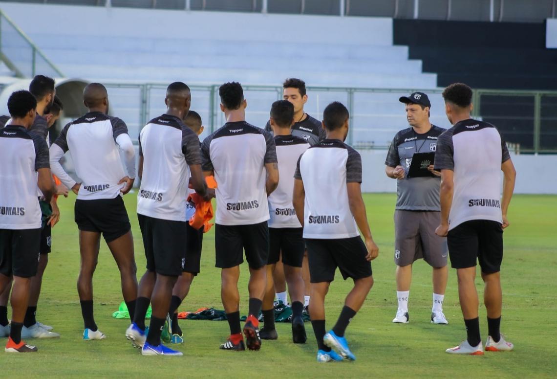No 1° treino, Adílson conversou bastante com o elenco.