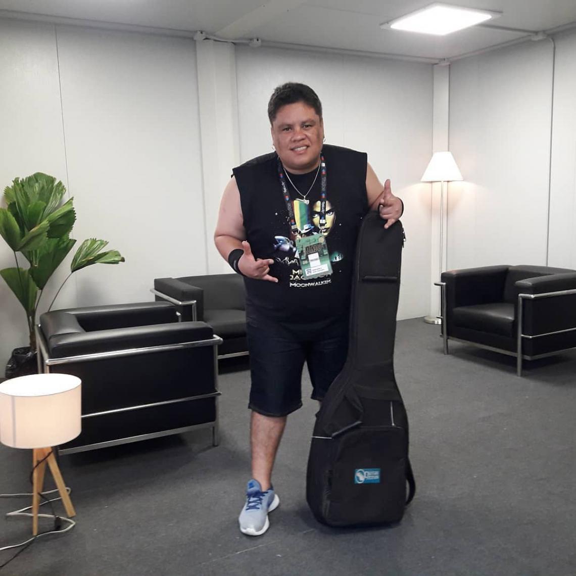 Júnior Bass Groovador no camarim que ganhou em sua participação no Rock in Rio
