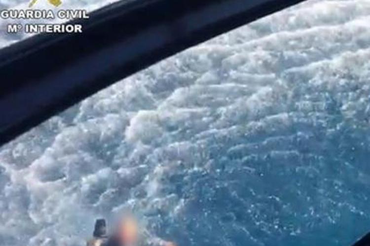 Traficantes resgatam do mar policiais que os perseguiam na Espanha