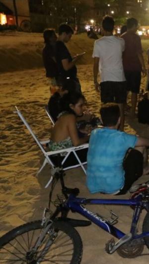 Ativistas ocupam trecho da praia em protesto contra engorda da Praia de Iracema