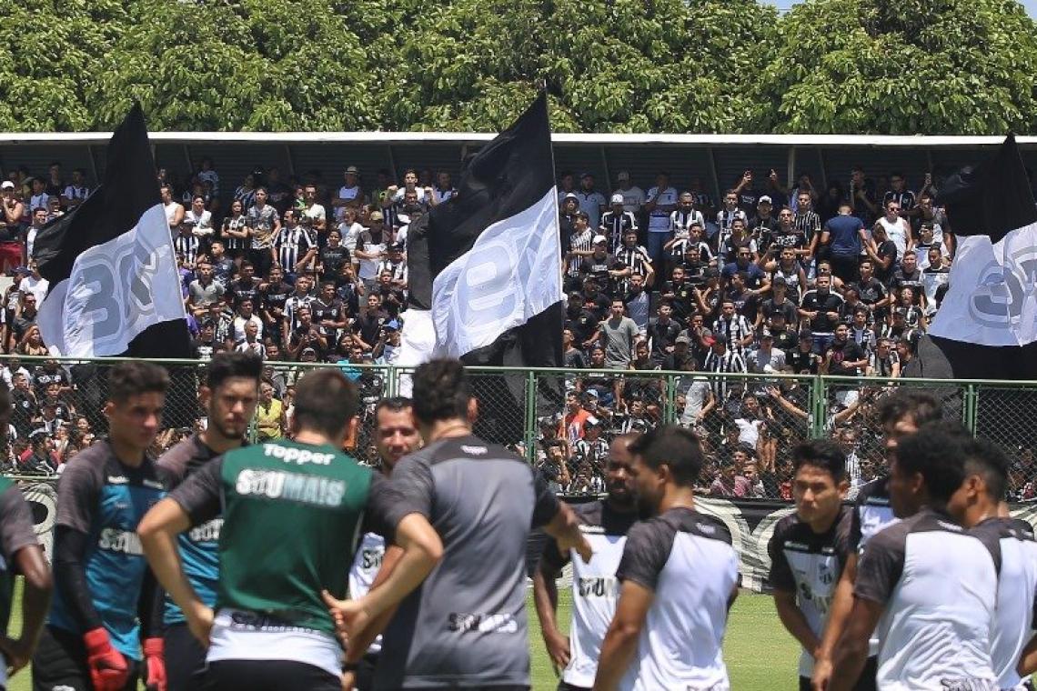 Torcida fez festa para o time nas arquibancada enquanto os jogadores treinavam.