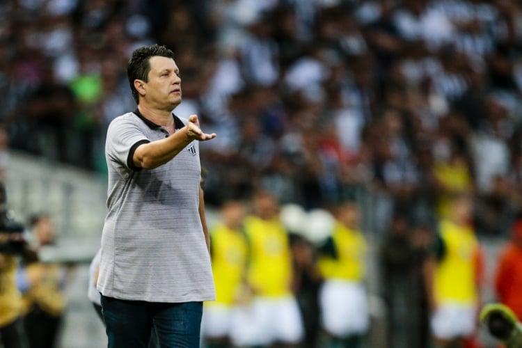 Adílson comandou o Ceará até a derrota para o Flamengo.  (Foto: AURéLIO ALVES)