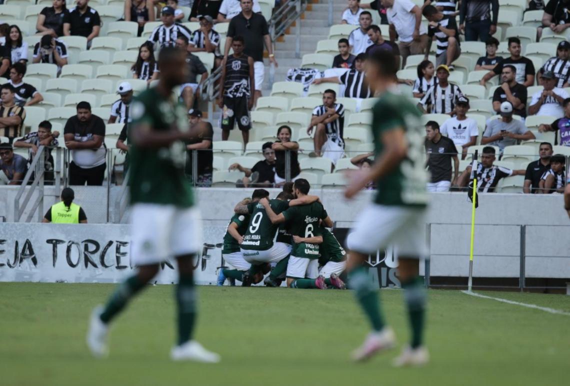 Jogadores do Goiás celebram o gol, no primeiro tempo.