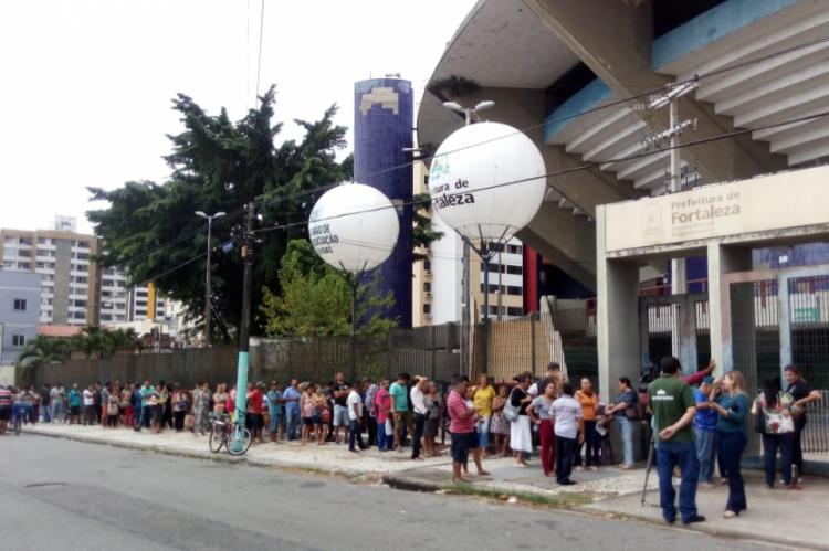 Mesmo com chuva, mutirão de renegociação de dívidas amanheceu com fila de consumidores aguardando atendimento nesta segunda-feira, 7. Ação segue até sexta-feira.