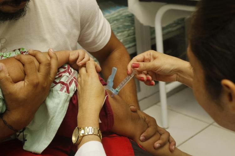Vacinação no Posto de Saúde Irmã Hercília Aragão, no bairro São João do Tauape, nesta segunda-feira
