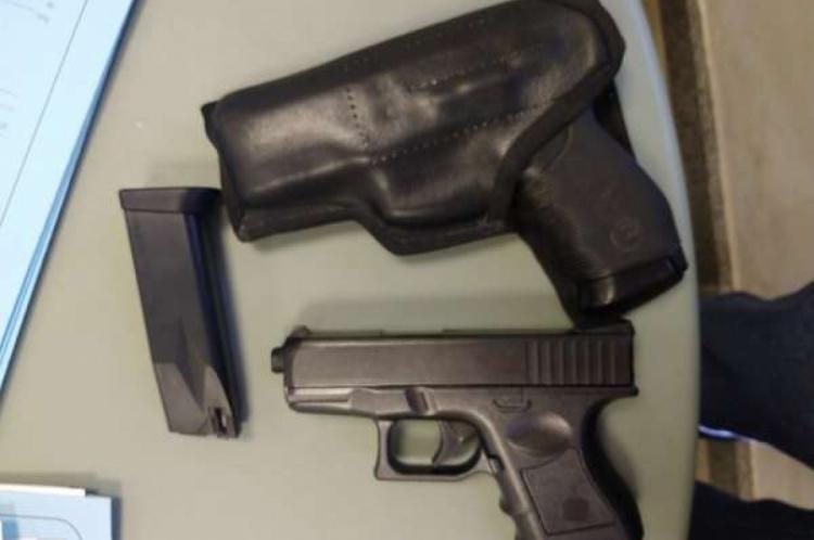 Os falsos policiais faziam a segurança privada de um homem com simulacro de arma de fogo