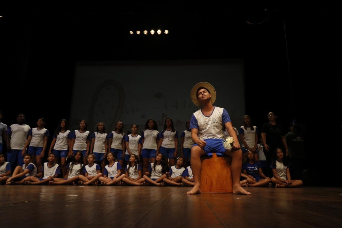 JOVENS atendidos pela Fundação Raimundo Fagner durante ensaio para o musical em homenagem aos 70 anos do artista