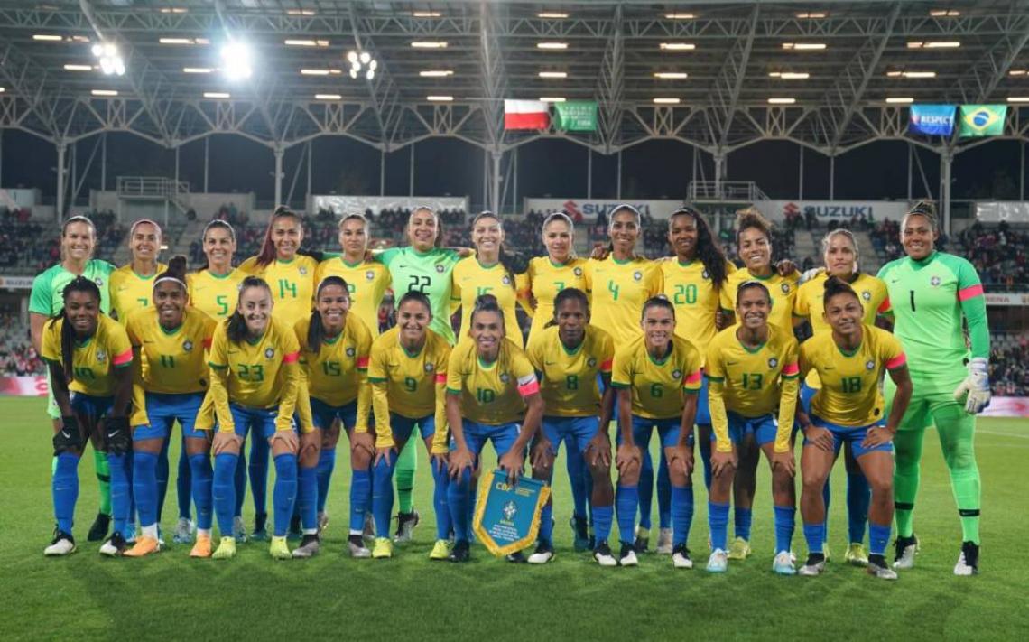Seleção brasileira feminina de futebol perfilada.
