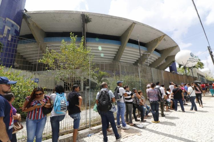 Mutirão de Renegociação de Dívidas da Caixa Econômica reuniu grande fila no Ginásio Paulo Sarasate