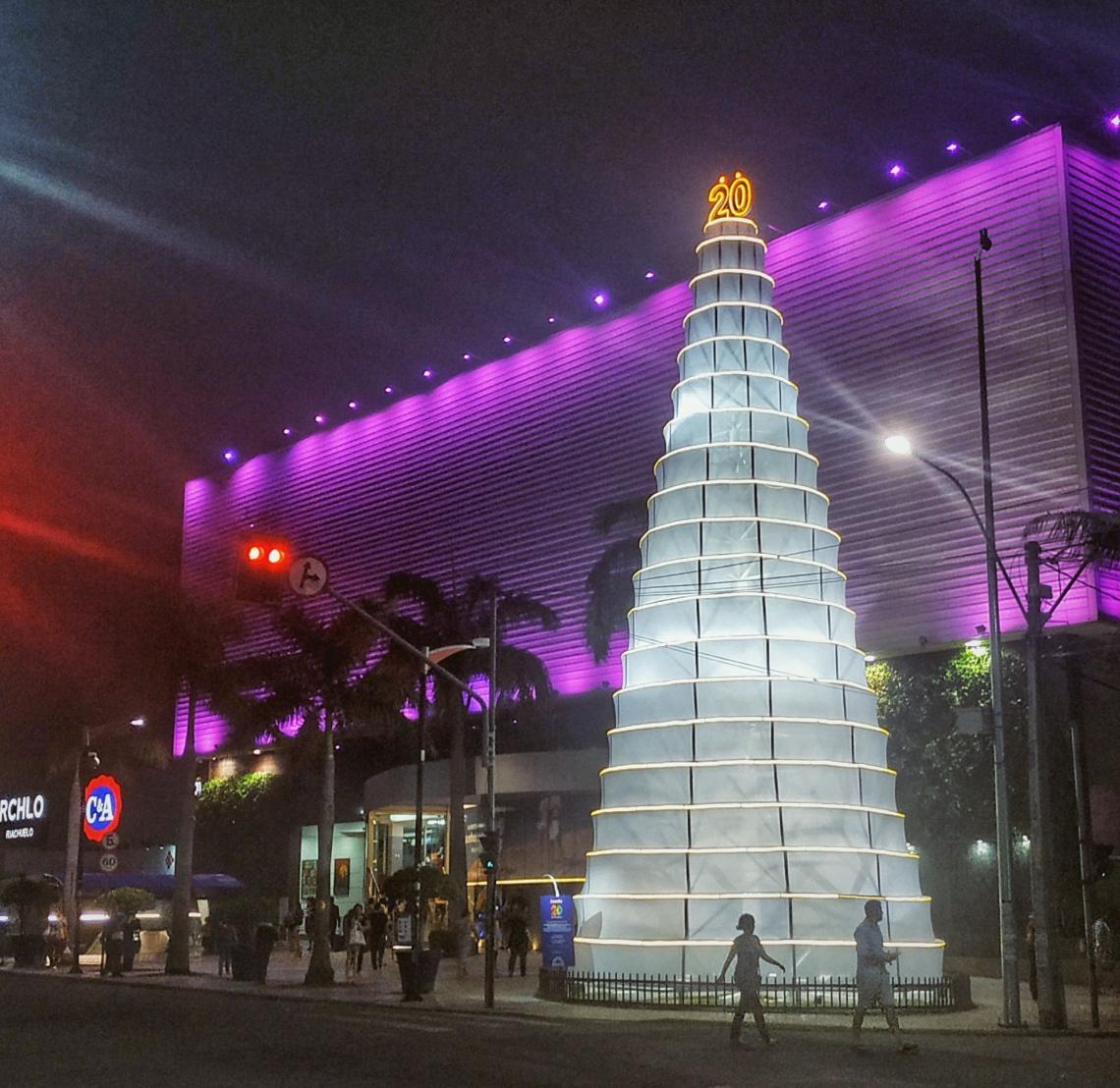 Estrutura de bolo de 20 andares foi montada na entrada do Shopping Benfica