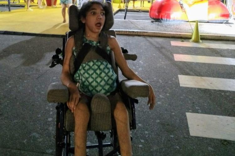 Segundo a mãe, além de paralisia cerebral,  a menina enfrenta problemas no quadril e na coluna
