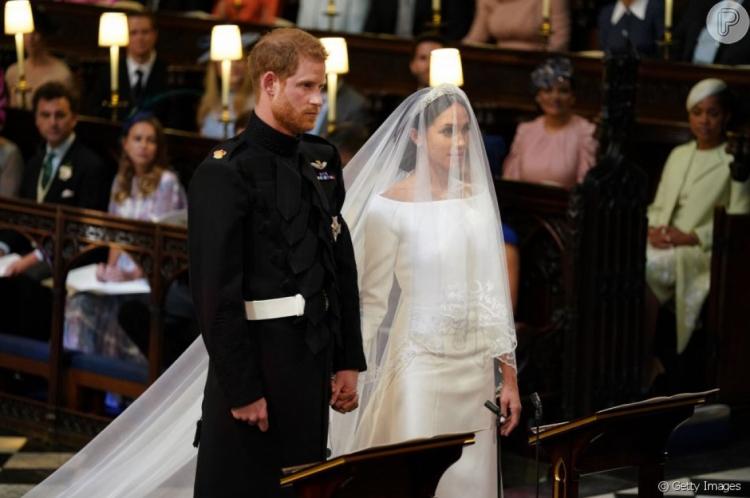 Megan Markle usou em seu casamento em 2018 um vestido minimalista acompanhado de véu de cinco metros