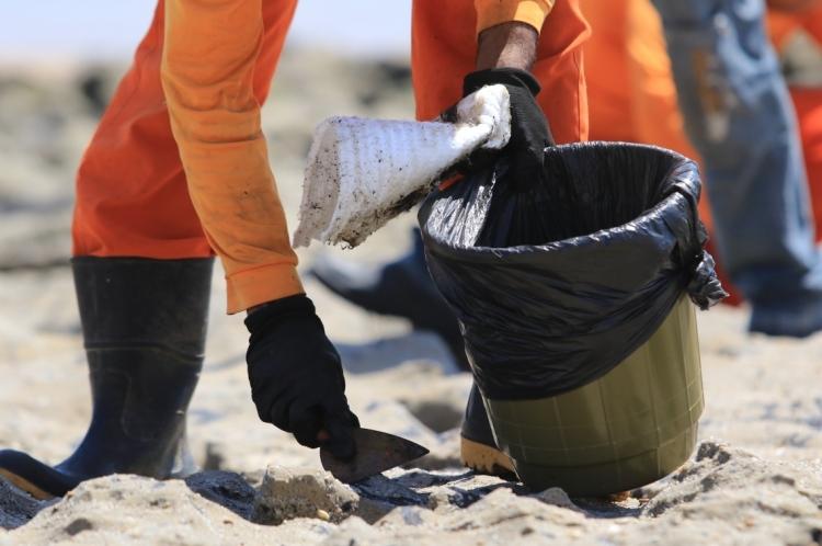 Orgãos ligados ao meio ambiente promovem limpeza de óleo na praia da Sabiaguaba.