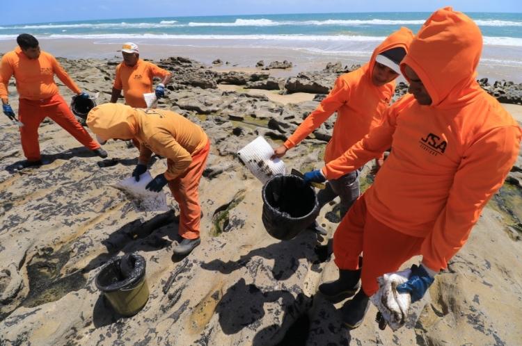 Órgãos ligados ao meio ambiente promovem limpeza de óleo na praia da Sabiaguaba