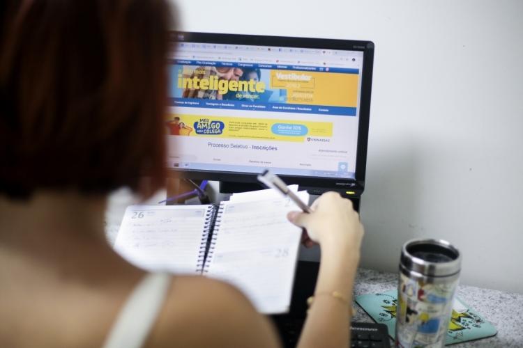 Estudante de ensino a distância acessando o computador. Ensino à distância - EAD.  (Foto: JÚLIO CAESAR)