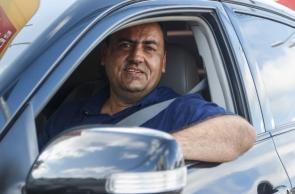 FORTALEZA, CE, BRASIL,  11-10-2019: Divino Brilhante, 41, aluga carros para trabalhar como motorista de aplicativo. (Foto: Alex Gomes/O Povo)