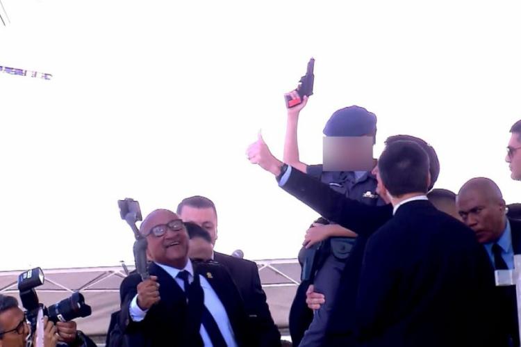 Bolsonaro e a criança posaram para as fotos durante uma cerimônia de formatura de uma turma de sargentos no sambódromo do Anhembi, na Zona Norte da capital paulista