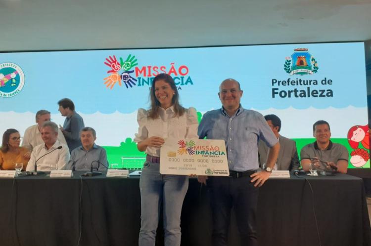 A primeira-dama Carol Bezerra e o prefeito Roberto Cláudio, durante lançamento do cartão