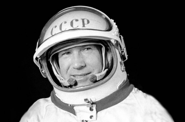 Alexei Leonov foi o primeiro homem a viajar para o espaço.