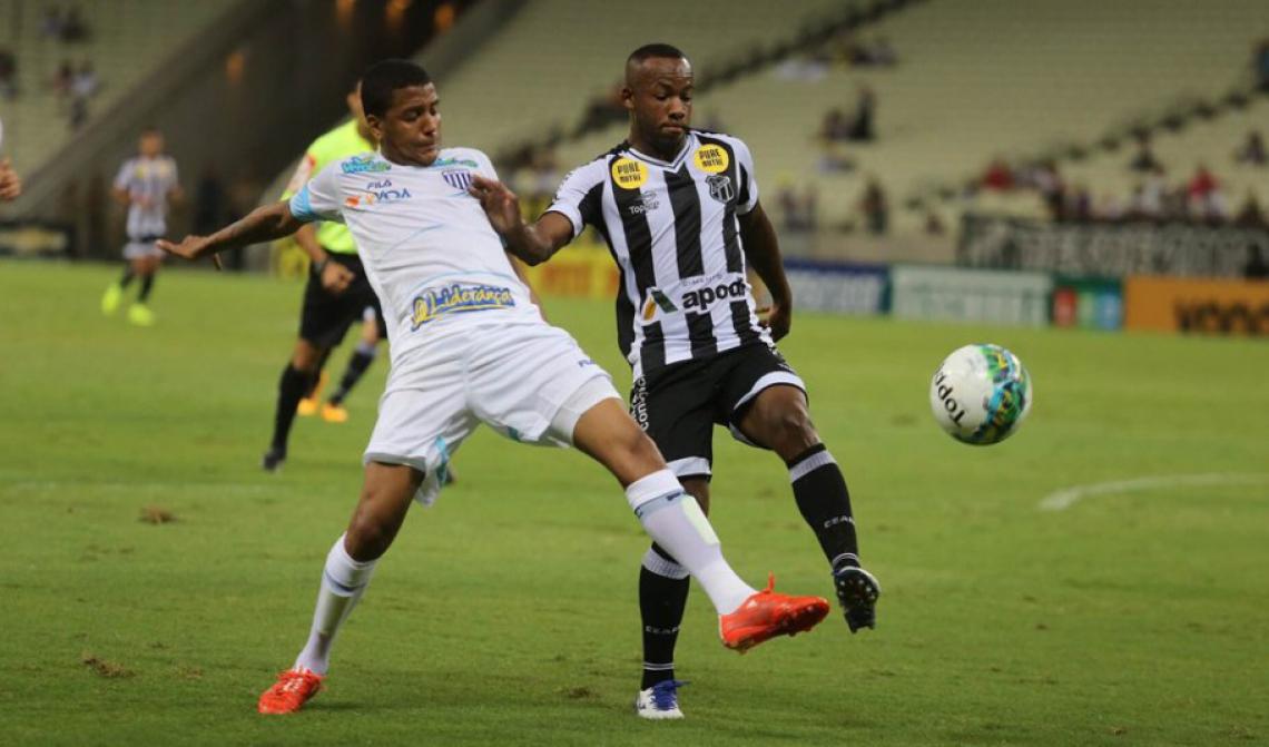 Confronto entre Ceará e Avaí em 2016, na Arena Castelão. Wescley disputa a posse de bola.