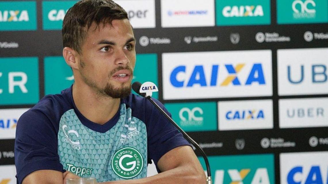Michael, atacante do Goiás, durante entrevista coletiva.