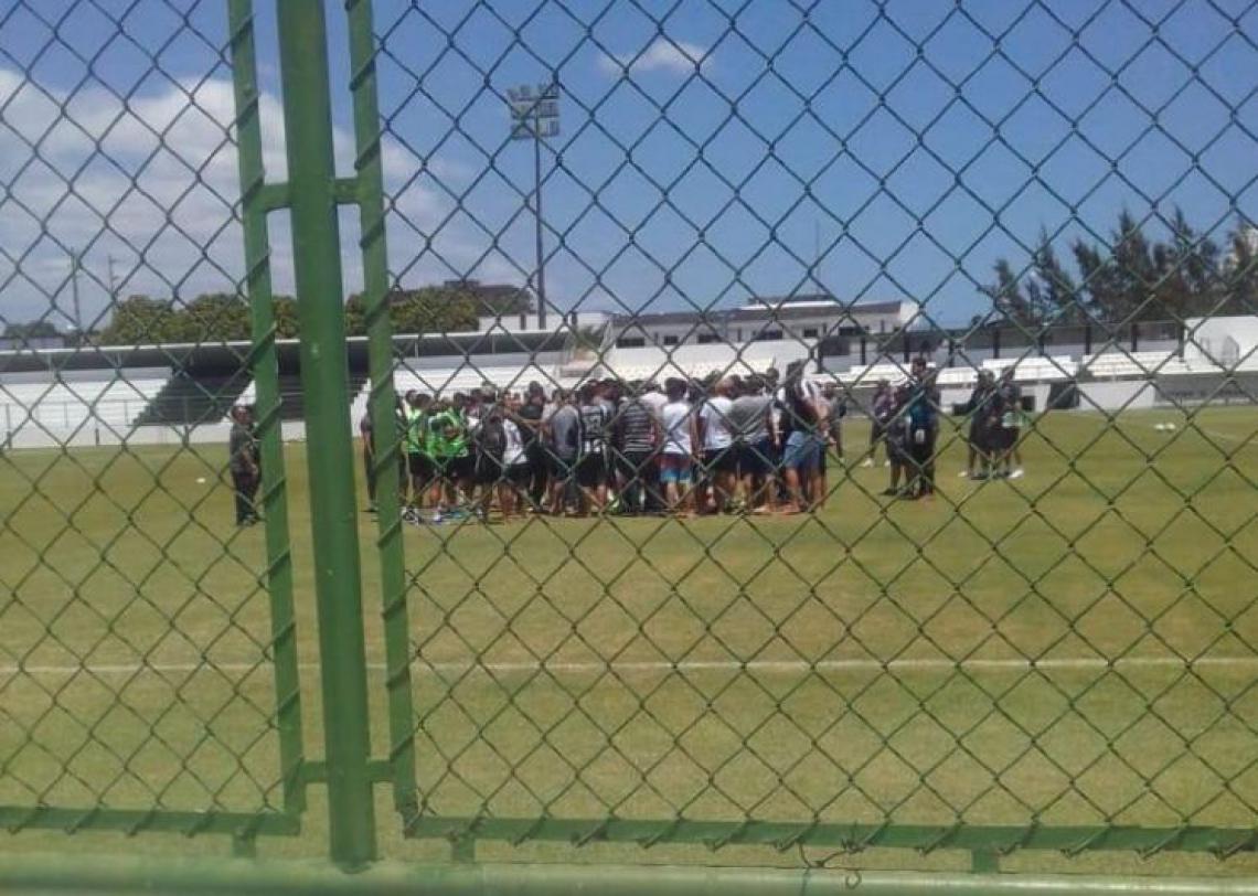 Torcedores reunidos com jogadores e comissão técnica no gramado do Vovozão