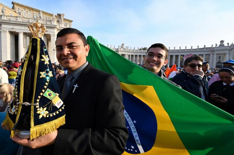 Fiéis brasileiros acompanharam a canonização no Vaticano, neste domingo