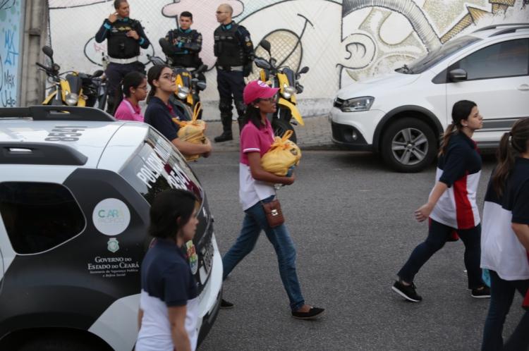Várias pessoas chegam com mantimentos para as equipes de socorro
