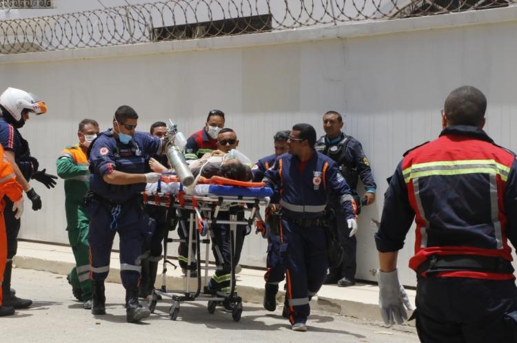 Equipes do Samu trabalham no resgate das vítimas do desabamento do Edifício Andrea, em Fortaleza