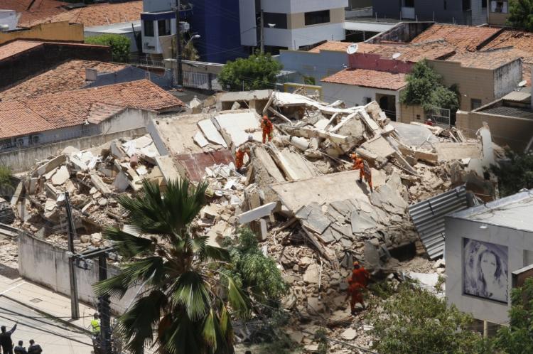 Prédio de 7 andares desaba na rua Tibúrcio Cavalcante