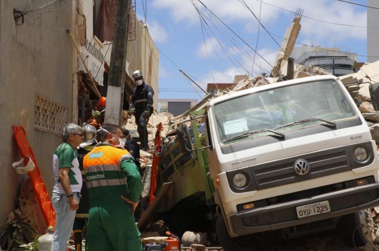 Desabamento do edifício foi registrado por volta das 10h30min desta terça-feira, 15