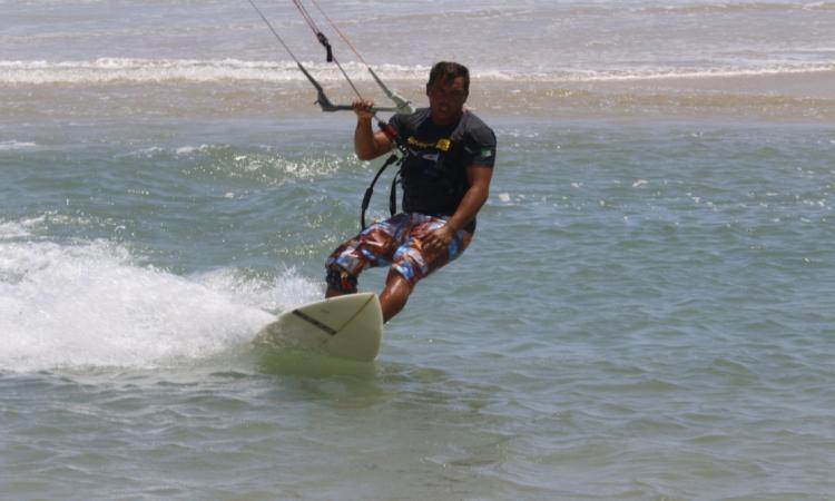 Rafinha Souza velejando na Praia do Futuro
