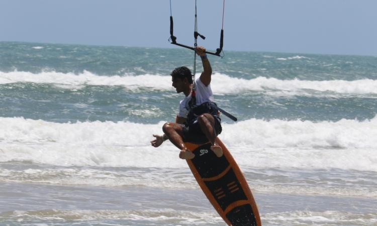 Emmanuel Sousa velejando na Praia do Futuro