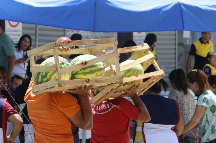 Doações chegando ao local do desabamento do edificio Andrea, no bairro Dionísio Torres.