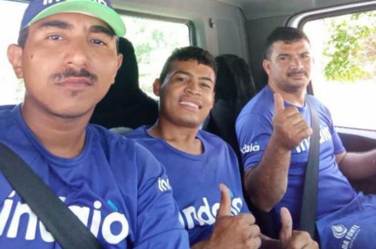 De boné, Frederick faz selfie com os colegas de trabalho Rafael (no meio) e Antônio, motorista