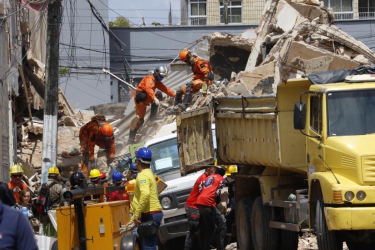 Segundo dia do desabamento do Edificio Andréa, no bairro Dionísio Torres.  (Foto: Mauri Melo)